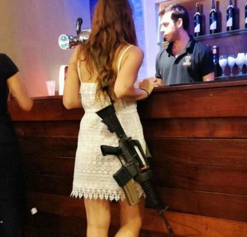 Hot-date-with-an-M-16-Israeli-Soldier-800x768